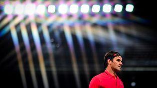 Roger Federer, lors de la night session du 7e jour de Roland-Garros, le 5 juin 2021. (MARTIN BUREAU / AFP)