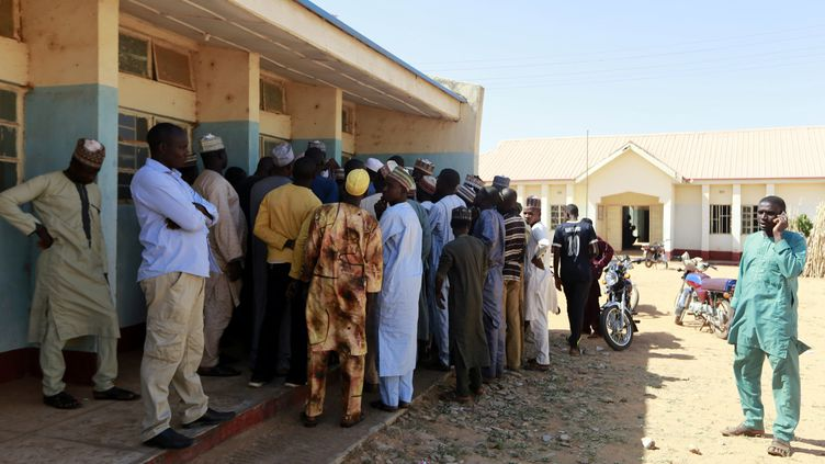 Des parents se rassemblent lors d'une réunion à l'école où des hommes armés ont enlevé des élèves, à Kankara, au Nigeria, le 13 décembre 2020. (AFOLABI SOTUNDE / REUTERS)
