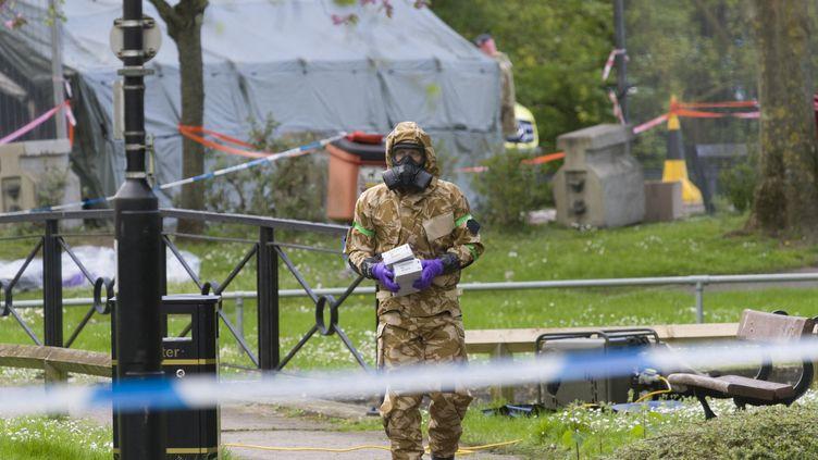 Un agent décontamine le lieu où Sergueï Skripal a été empoisonné à Salisbury, au Royaume-Uni, le 25 avril 2018. (ALEX MCNAUGHTON / SPUTNIK / AFP)