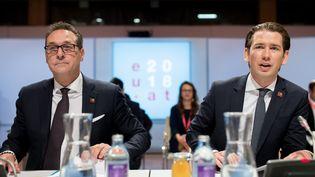 Le chancelier autrichien Sebastian Kurzà droite et levice-chancelier Heinz-Christian Strache, lors d'une session plénière, le 6 juillet 2018, à Vienne (Autriche). (GEORG HOCHMUTH / APA / AFP)