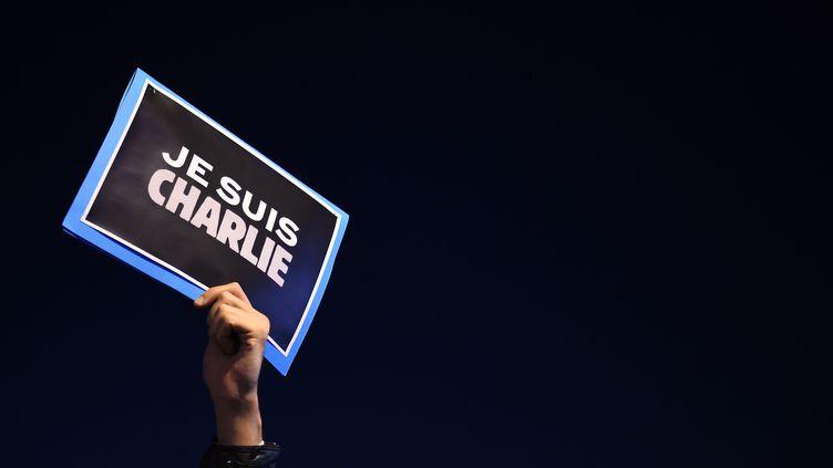 """Sur le Vieux Port, à Marseille, quelqu'un brandit une pancarte """"Je suis Charlie"""" (ANNE-CHRISTINE POUJOULAT / AFP)"""