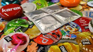 Pour régler le problème des préservatifs trop petits, le ministre de la Santé zimbabwéen propose de développer une production locale (photo d'illustration). (MANAN VATSYAYANA / AFP)