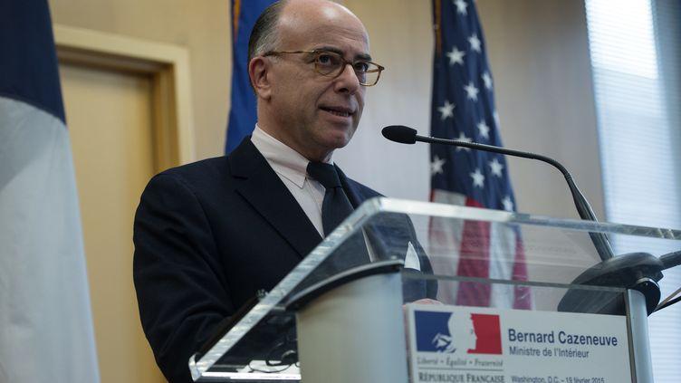 Le ministre de l'Intérieur Bernard Cazeneuve à l'ambassade de Washington (Etats-Unis), le 19 février 2015. (NICHOLAS KAMM / AFP)