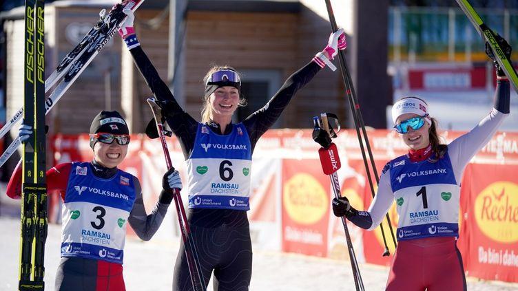 Tara Geraghty-Moats (centre) s'est imposée lors de première Coupe du monde de combiné nordique féminin. (GEORG HOCHMUTH / APA)
