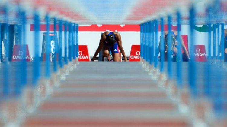 Alice Decaux au départ du 100m haies