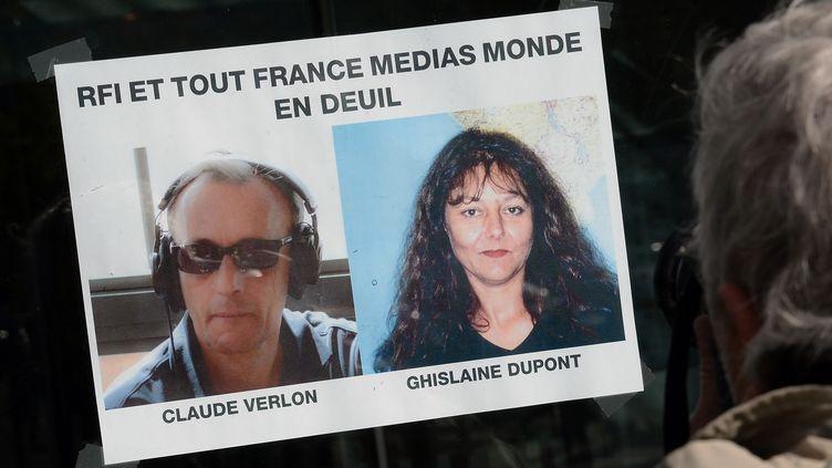 Une affiche annonce le deuil des collègues des journalistes tués au Mali, au siège de RFI, à Paris, le 3 novembre 2013. (PIERRE ANDRIEU / AFP)