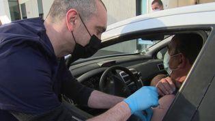 """Les conducteurs et conductrices se font vacciner contre le Covid-19 sans sortir de leur véhicule grâce à ce """"vaccidrive"""". (CAPTURE D'ÉCRAN FRANCE 3)"""