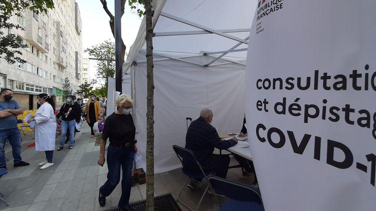 Un centre de depistage du coronavirusmobile installé dans le quartier des Agnettes à Gennevilliers (Hauts-de-Seine), le 27 mai 2020. (VALENTIN DUNATE / RADIO FRANCE)