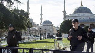 La police sur la place Sultanahmet à Istanbul (Turquie), le 12 janvier 2016. (HOLLY PICKETT / DPA / AFP)