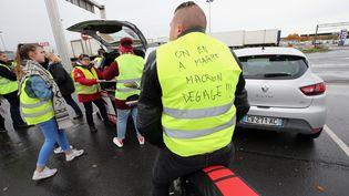 """La mobilisation de """"gilets jaunes"""" à Vendin-le-Vieil, le 11 novembre 2018. (SEVERINE COURBE / MAXPPP)"""