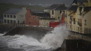 La tempête Ophelia touche le port de Lahinch, en Irlande, le 16 octobre 2017. (CLODAGH KILCOYNE / REUTERS)