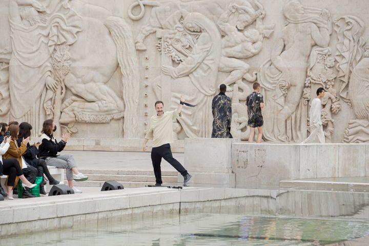 Le créateur Louis Gabriel Nouchi au final de son show printemps-été 2022 à la Paris Fashion Week, le 24 juin 2021 (Luca Tombolini @lucatombolini)