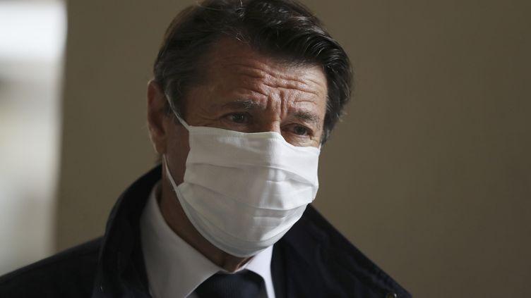 Le maire de Nice Christian Estrosi lors d'une distribution de masques aux habitants, le 28 avril 2020. (VALERY HACHE / AFP)