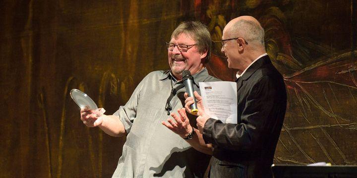 Le musicien anglaisJohn Surnam, élu Musicien européen de l'année 2015, plaisante avec François Lacharme au moment de recevoir son Prix  (Philippe Marchin / Académie du Jazz)