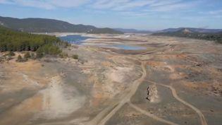 En Espagne, le fleuve Tage souffre d'une immense sécheresse. Certains habitants pointent, outre le réchauffement climatique la décision prise il y a 40 ans de dévier ses eaux pour irriguer d'autres régions. (France 2)