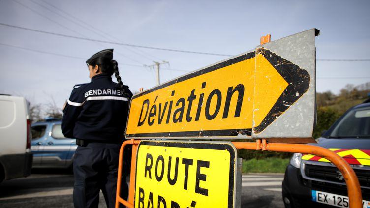 La circulation est déviée à Branville (Calvados), le 21 février 2020, en prévision de l'arrivée d'un autocar transportant des ressortissants français rapatriés de Wuhan(Chine) et placés en quarantaine, en pleine épidémie de coronavirus Covid-19. (LOU BENOIST / AFP)