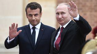 Vladimir Poutine et Emmanuel Macron lors de leur rencontre à Versailles, le 29 mai 2017. (STEPHANE DE SAKUTIN / AFP)