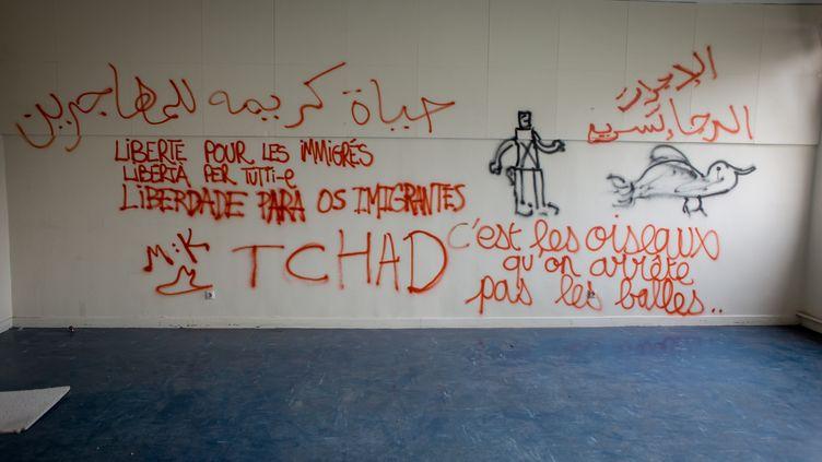 Une salle de classe du lycée Jean-Quarré, désaffecté et occupé par des migrants, à Paris, le 31 juillet 2015. (MICHAEL BUNEL / NURPHOTO / AFP)