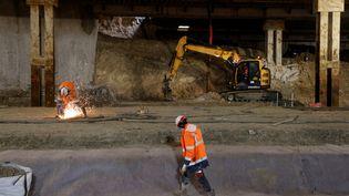 Des ouvriers sur le chantier de la future gare Saint-Denis Pleyel, le 5 février 2021. Photo d'illustration. (LUDOVIC MARIN / AFP)