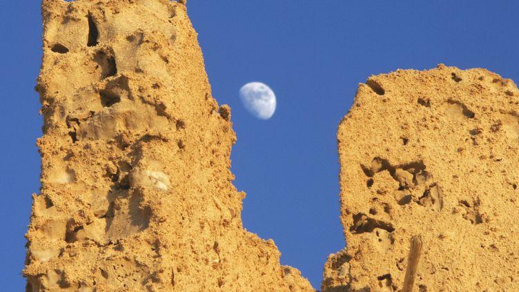Clair de lune sur les ruines de Shali, dans le centre de l'oasis de Siwa. (CRIS BOURONCLE / AFP)