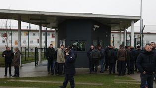 Des gardiens à l'entrée de la prison deVendin-le-Vieil dans le Pas-de-Calais, le 12 janvier 2018. (THIERRY THOREL / CROWDSPARK / AFP)
