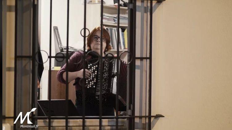 L'accordéoniste Karine Huet en concert à sa fenêtre à Montreuil (21 mars 2020) (capture d'Ecran Facebook ville de Montreuil)