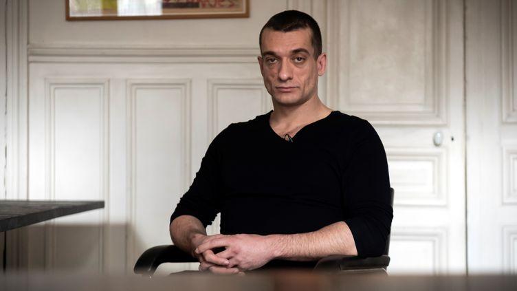 L'artiste russe Piotr Pavlenski lors d'une interview à Paris, le 14 février 2020. (LIONEL BONAVENTURE / AFP)