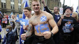 """Un partisan du """"oui"""" participe à un défilé en faveur de l'indépendance de l'Ecosse, le 21 septembre 2013, à Edimbourg (Royaume-Uni). (ANDY BUCHANAN / AFP)"""