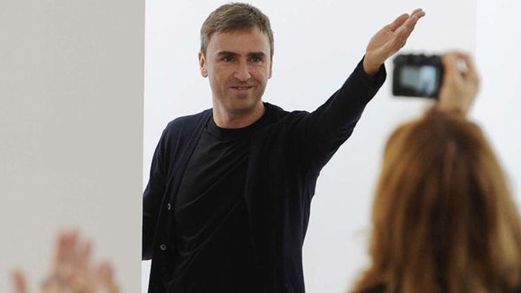 Raf Simons applaudi à la présentation de sa collection printemps/été 2011 à Milan  (Giuseppe Aresu/AP/SIPA)