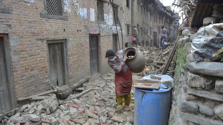 Une Népalaise dans les ruines de la ville deKhokana (Népal), le 30 avril 2015. (CITIZENSIDE/BIKASH KHADGE / CITIZENSIDE.COM / AFP)