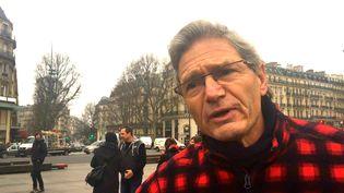 """Denis Lambert, habitant de Perpignan,participe à une manifestation contre le """"délit de solidarité"""", jeudi 9 février à Paris. (CAMILLE ADAOUST / FRANCEINFO)"""