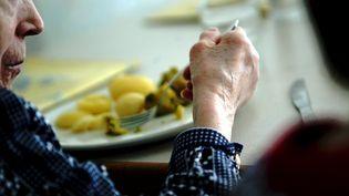 Une personne agée est à table. (MAXPPP)