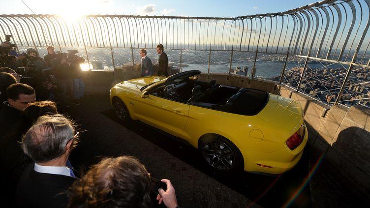 Nouvelle version cabriolet de la Ford Mustang a été hissée sur l'observatoire de l'Empire State Building, à New York, le 16 avril 2014. (EMMANUEL DUNAND / AFP)