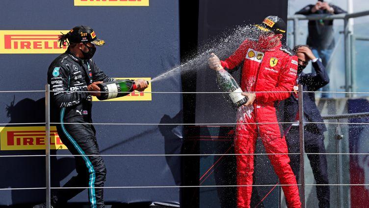Avec les années, Lewis Hamilton est devenu un as dans l'art de sabrer le champagne sur la concurrence. (FRANK AUGSTEIN / POOL)