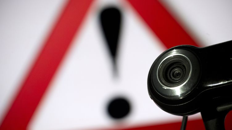 Certains hackers piratent les webcams et commercialisent les images volées. (LIONEL BONAVENTURE / AFP)