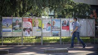 Des affiches pour les élections régionales à Lyon (Rhône), le 14 juin 2021. (NORBERT GRISAY / HANS LUCAS / AFP)