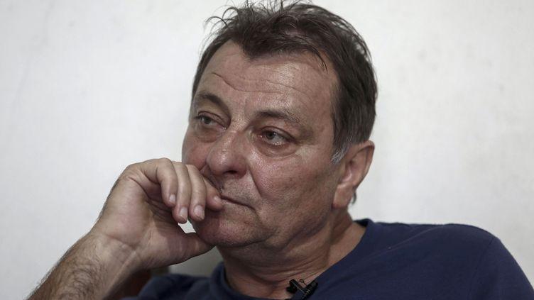 Cesare Battisti lors d'un entetien avec l'AFP à Cananeia (Brésil), le 20 octobre 2017. (MIGUEL SCHINCARIOL / AFP)