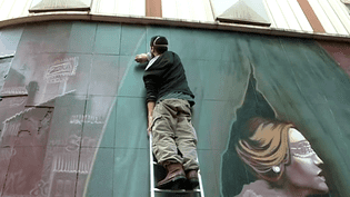 Un street artiste peint la façade du cinéma Royal à Montpellier  (France 3 / Culturebox)