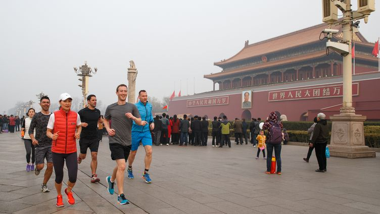 Le patron de Facebook, Mark Zuckerberg, le 18 mars 2016 à Pékin (Chine). (FACEBOOK / AFP)