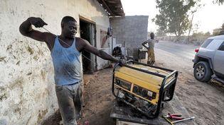Un homme entretient un groupe électrogène dans un atelier à la périphérie de Tripoli. Les coupures de courant durent parfois la moitié de la journée. (MAHMUD TURKIA / AFP)
