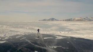 France 2 vous emmène en Russie, sur les eaux gelées du lac Baïkal. Aujourd'hui, c'est jour de fête, de carnaval, et jour de course sur la glace. (France 2)