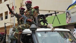 Des rebelles de la Séléka juchés sur un pick-up, le 30 mars 2013, à Bangui. (SIA KAMBOU / AFP)
