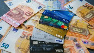 Des analyses ont montré que les virus se propageaient plus difficilement sur des surfaces poreuses comme celle des billets, assure la Banque de France. (NICOLAS GUYONNET / HANS LUCAS / AFP)