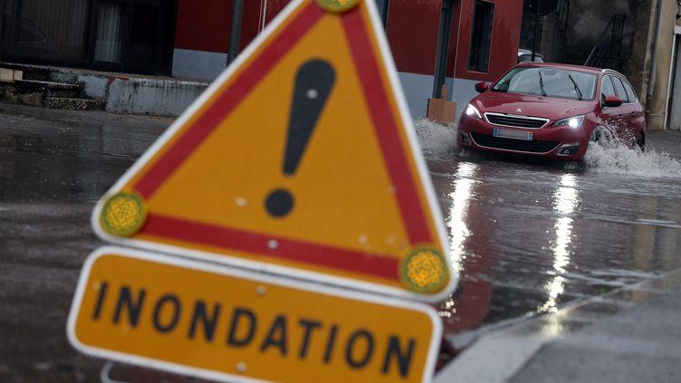 Un panneau de signalisation pour indiquer des inondations. (Illustration). (LIONEL VADAM  / MAXPPP)