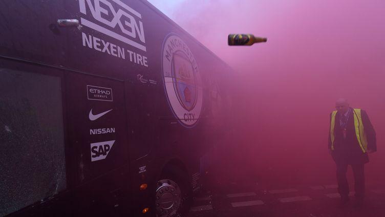 Vitre abîmée, le bus de Manchester City a été visé par des projectiles à son arrivée à Anfield Road (PAUL ELLIS / AFP)