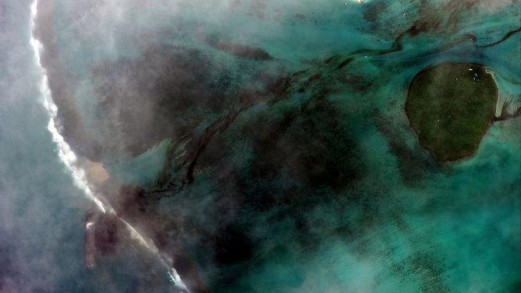 Image satellite datée du 6 août 2020 de la marée noire qui menace l'Ile Maurice après qu'un bateau chargé d'hydocrabures s'est échoué le 27 juillet sur un récif. (HANDOUT / SATELLITE IMAGE ?2020 MAXAR TECH)