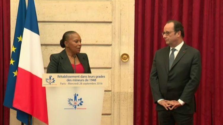 Christiane Taubira et François Hollande à l'Elysée lors de la cérémonie pour les grévistes de 1948, le 28 septembre 2016 (FRANCE TELEVISIONS)