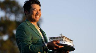 Le Japonais Hideki Matsuyama tient son trophée après avoir remporté le Masters d'Augusta, le dimanche 11 avril 2021, en Géorgie.  (MATT SLOCUM/AP/SIPA / SIPA)
