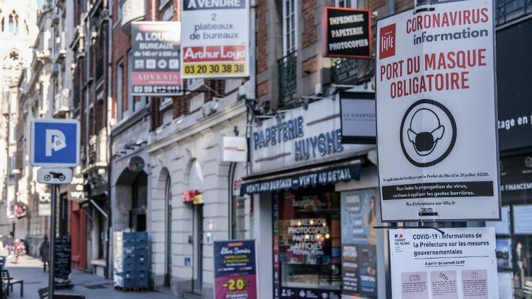 """Une rue commerçante de Lille vidée de ses clients, en raison de la fermeture des commerces dits """"non essentiels"""", le 20novembre 2020. (CELIA CONSOLINI / HANS LUCAS / AFP)"""