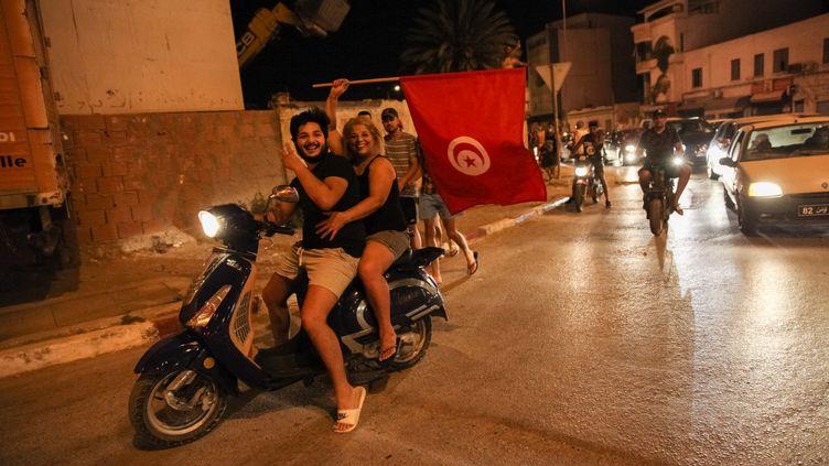 Des Tunisiens défilent dans les rues de Tunis, le 25 juillet 2021. (CHEDLY BEN IBRAHIM / NURPHOTO / AFP)